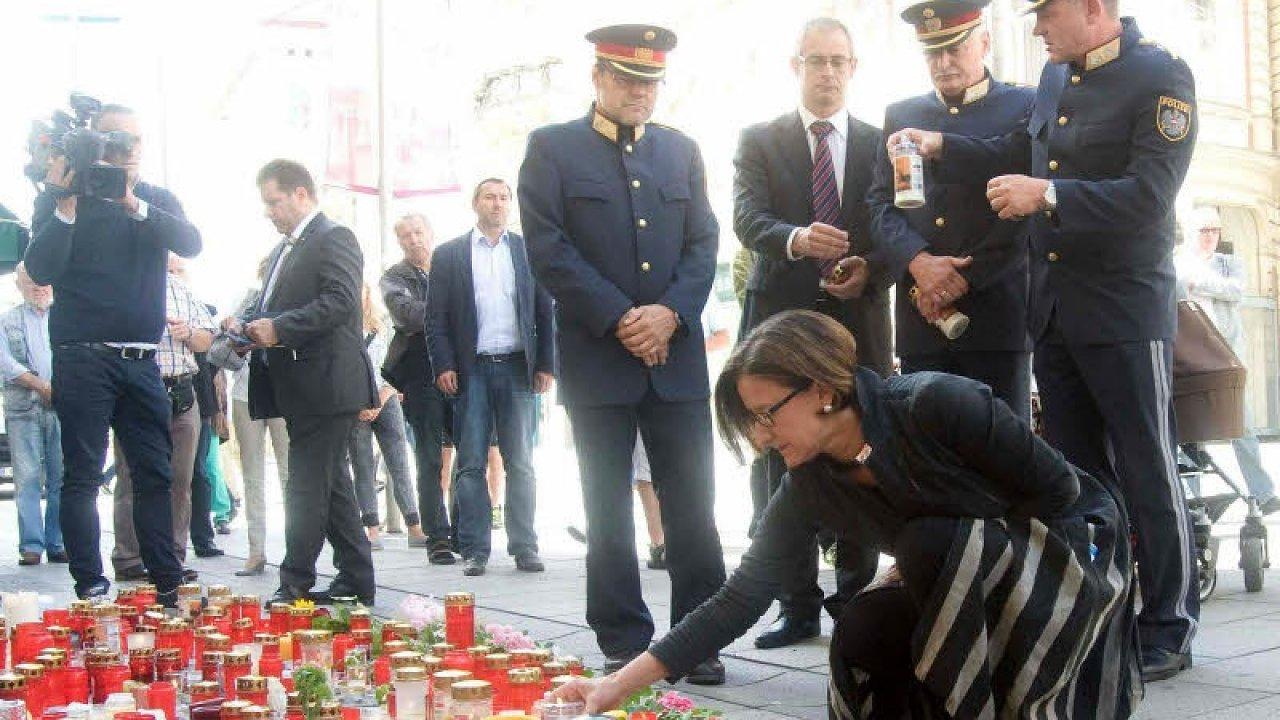 وزيرة داخلية النمسا توقد الشموع