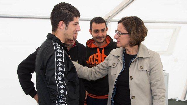 وزيرة الداخلية النمساوية مع اللاجئين