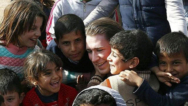 وزير الخارجية النمساوي يحتضن الاطفال اللاجئين في معكسر في اربيل