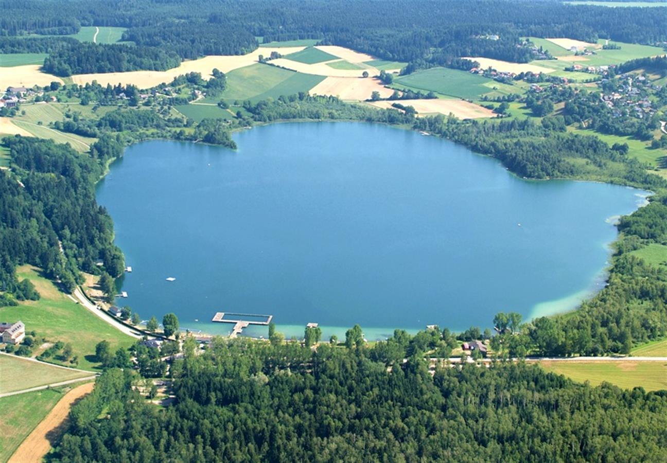 البحيرة في المنطقة