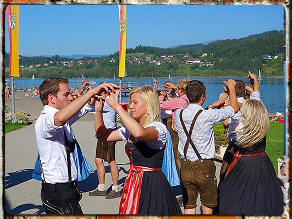 رقصة احتفالية الدجاج  بالملابس الشعبية